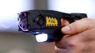 Verschießt nadelähnliche Pfeile an dünnen Drähten: Elektroschocker
