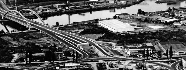 Hier geht's rund: Auch nach der Eröffnung der Brücke wird 1965 am Kaiserleikreisel noch weiter gearbeitet.