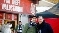 Kongeniales Duo: Die Eintracht-Podcaster Bastian Roth (links) und Marvin Mendel in ihrem Element, vor dem Fan-Treff am Frankfurter Waldstadion.