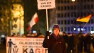 Kagida-Anhänger und Gegner wollen spazieren gehen