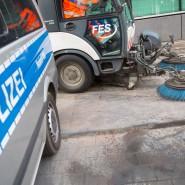 Großreinemachen: Eine Kehrmaschine säubert den Gehweg vor dem 1. Polizeirevier nahe der Konstablerwache, wo mehrere Autos in Brand gesteckt worden waren.