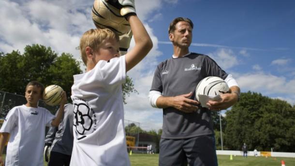 Fussballprofis nach ihrem Karriereende: Uwe Bindewald mit seiner Fussballschule beim Training mit jungen Nachwuchsspielern und -spielerinnen