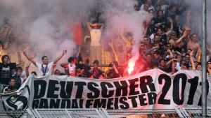 Eintracht-Fans unter strenger Beobachtung