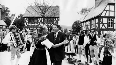 Tanz mit dem Landesvater: Grundsteinlegung für den Hessenpark war 1974. Eröffnet wurde er, wie dieses Foto zeigt, 1978 von Holger Börner.