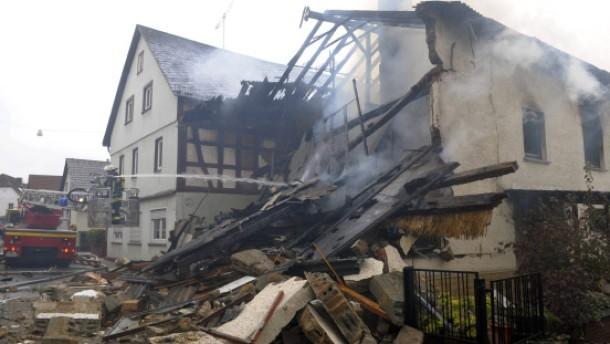 Nach Explosion verkohlte Leiche aus Haus geborgen