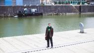 Kapitän an Bord: Hans Romanov auf dem Dach seines schwimmenden Yachtklubs. Eine Rückkehr hatte er eigentlich nie geplant. Doch der Anruf eines Freundes stimmte ihn um.