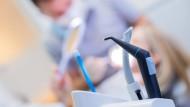 Utensilien für die Zahnbehandlung.