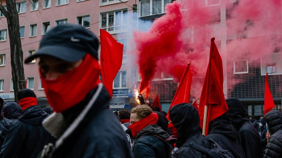 Martialischer Aufmarsch: Demonstranten ziehen durchs Frankfurter Gallus.
