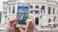 Auch in Frankfurt gibt es eine ganze Menge Pokémon-Trainer: ein Spieler vor der Alten Oper