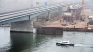 Voll gesperrt: Nach der Sperrung der Schiersteiner Brücke soll eine weitere Fährverbindung die Verkehrslage entlasten.