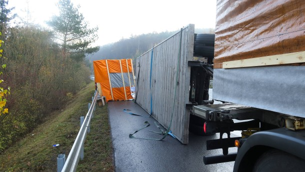 Lastwagen-Anhänger mit Fertighaus-Teilen umgekippt