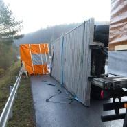 Umgekippt: Lastwagen-Anhänger mit Fertighausteilen auf der B3 nahe Marburg