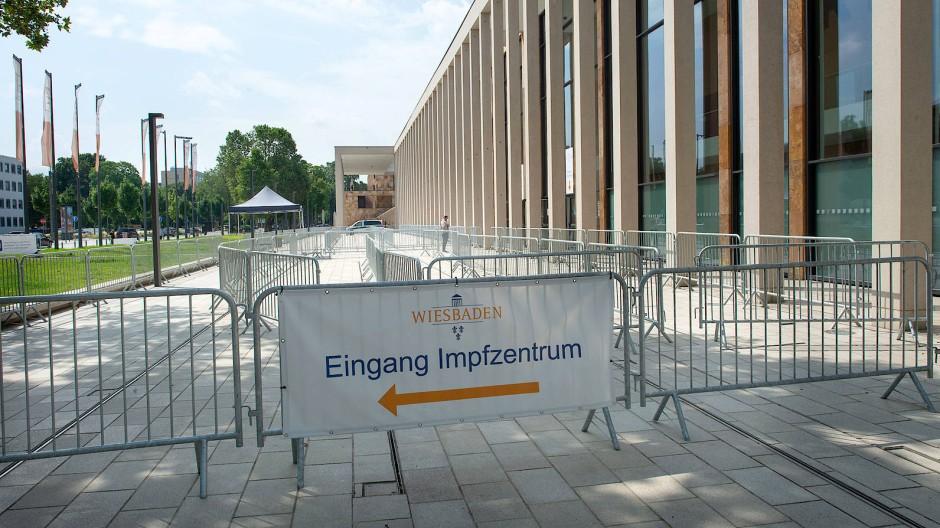 Unbedrängt: Das Wiesbadener Impfzentrum hat erkennbar Kapazitäten frei – in Frankfurt vor der Festhalle zeigen sich dagegen oft lange Schlangen.