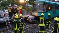 Zusammengefaltet: Der von der Frau auf die Gleise gesteuerte Wagen im Bahnhof Ober-Eschbach