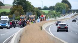 Aktivisten radeln aus Protest gegen Ausbau über A49
