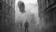 """Surreale Fassaden: Julian Rosefeldts Episode """"Deep Gold"""" ist der fünfte Teil von """"Der Stachel des Skorpions""""."""