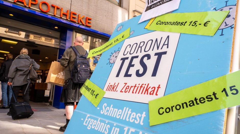 Nicht mehr kostenlos: Ein Schild vor einer Apotheke weist auf den neuen Preis für Schnelltests hin.