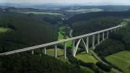 Vater springt mit zwei Kindern von Rombachtalbrücke