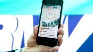 Automat: Das internetfähige Mobiltelefon registriert in Zukunft automatisch die Fahrt im Bus und in der Bahn.