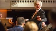 Gastdirigent: Klaus Albert Bauer leitet das Orchester des Abends.