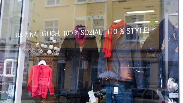 Einkaufen mit gutem Gewissen - Wo gibt es die ensprechende Mode in Frankfurt? Das Unternehmen Organicc in der Berger Strasse, bietet nach eigenen Angaben Waren, die 100 % natürlich 100 % sozial 110 % style sein sollen.