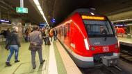 Geduldsprobe: Auch die Fahrgäste der S8 in Frankfurt bekamen die Folgen des Schienenbruchs im Osten zu spüren (Symbolbild)