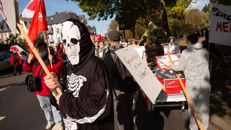 Drohgebärde: Beschäftigte des öffentlichen Dienstes demonstrieren vor dem Bügerhospital in Frankfurt für höhere Gehälter.