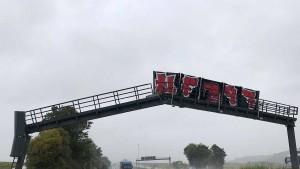 Kipper rammt Signalanlage auf der Autobahn