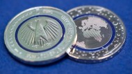 """Die sogenannte """"Tri-Material-Coin"""" hat in der Mitte einen blau schimmernden Ring aus Kunststoff."""