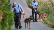 Juli 2014: Polizisten suchen nach den tödlichen Schüssen auf einen Kollegen in Zivil nach Spuren nahe Bischofsheim