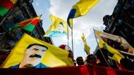 Parteiführer: Fahnen zeigen den PKK-Mitbegründer Abdullah Öcalan bei einer Demonstration in Frankfurt im August