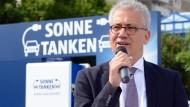 Fan der Energiewende: Hessens Wirtschaftsminister Al-Wazir (Die Grünen) eröffnet die erste Schnellladestation für Elektroautos im Land.