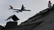 Über den Dächern des Lerchesbergs: anfliegender Düsenjet