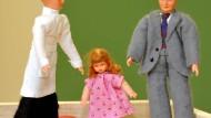 Familien-Aufstellung: Puppen für die psychologische Untersuchung.