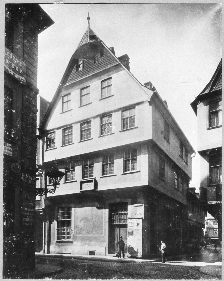 Station auf dem Weg nach Worms: Im Haus zum Strauß übernachtete Luther zweimal – auf der Reise zum Reichstag und auf dem Rückweg. Der Gasthof wurde 1896 für den Durchbruch der Bethmannstraße abgerissen.