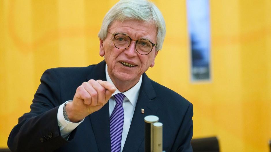 """""""Für uns ist von Bedeutung, dass sich wichtige Teile des hessischen Perspektivplans in dem Beschluss wiederfinden"""": Ministerpräsident Volker Bouffier sieht die neuen Corona-Regeln als Kompomiss."""