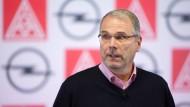 Die Miene täuscht nicht: Opel-Gesamtbetriebsratschef Schäfer-Klug ist sauer auf das Opel-Management