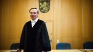 Ihm kann man nicht so leicht etwas vormachen: Amtsrichter Manfred Gönsch kennt die Wechselfälle des Lebens.
