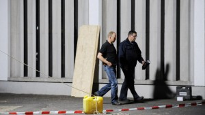 Polizei sucht nach Mord blutverschmierte Schuhe