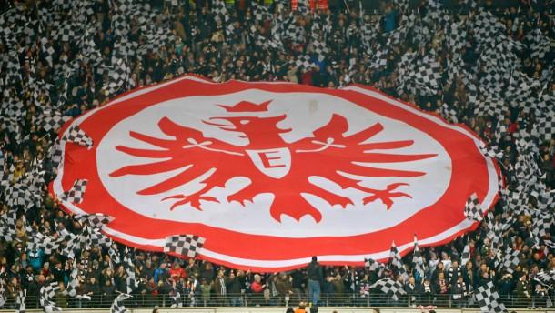 Eintracht-Fan über die Bande geschubst