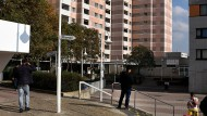 Problemzone: Auch junge Erwachsene, die am Hochhaus Bunter Riese herumlungern, will die Stadt von der Straße holen.
