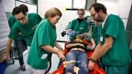 """Das ABC-Team: Kristina Staude (zweite von links) hat das Bein von """"Unfallopfer"""" Nicole Großmann angebohrt, um einen Zugang für eine Infusion zu legen."""