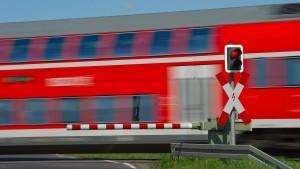 Mann wird von Zug überfahren