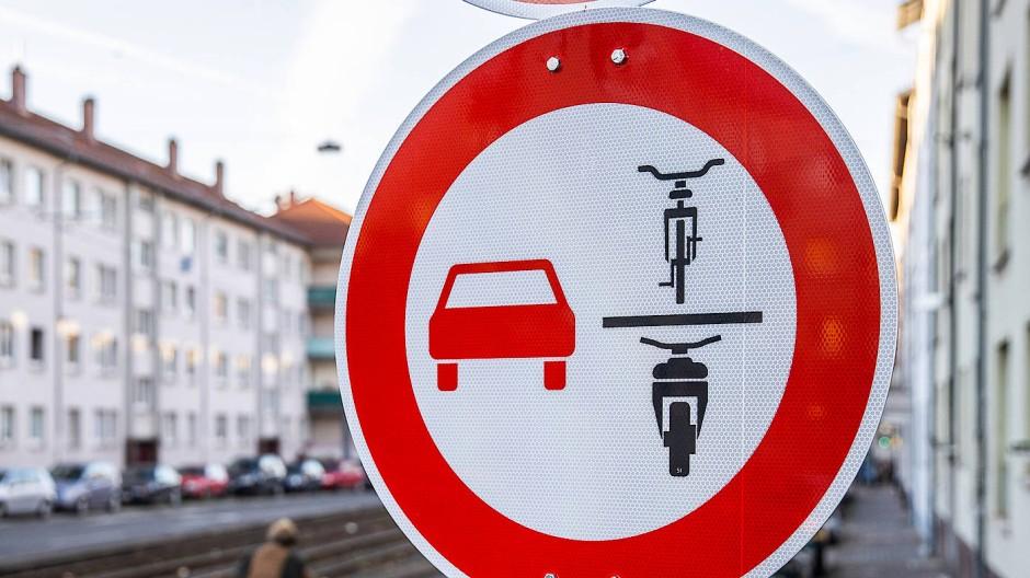 Um dieses Schild geht es: Auf den ersten Blick sicher nicht ganz leicht verständlich.