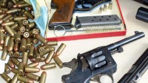 Waffenarsenal im Umzugskarton