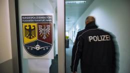 Aggressiver Reisender beißt Polizisten ins Bein