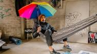 Schirmherr: Radames Eger in dem Raum des Wasserturms, den er zurzeit bewohnt. Aus Schirmen macht er unter anderem Kleidungsstücke für Obdachlose.
