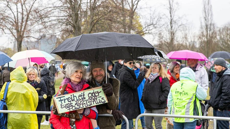 Wiesbaden hofft auf eine ähnliche Situation: In Frankfurt blieben die wenigen Demonstranten weitgehend ruhig und friedlich.