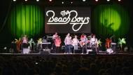"""Sommerlaune: Die Beach Boys während eines Konzerts ihrer Tour """"One Night All The Hits""""."""