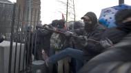 Seilschaft: Randalierer reißen den Zaun nieder, um auf das EZB-Gelände im Frankfurter Ostend zu kommen.